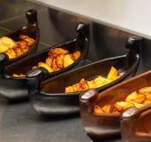 小船餐馆盘用在炸锅,特写镜头的油煎的土豆 图库摄影