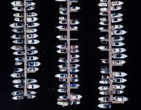 小船鸟瞰图停放在船坞 库存照片