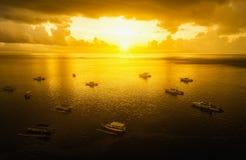 小船鸟瞰图在日出的在巴厘岛海滩印度尼西亚 库存图片