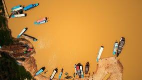 小船鸟瞰图在暹粒洞里萨湖柬埔寨 库存图片