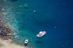 小船鸟瞰图在海湾的 库存图片