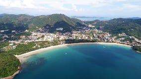 小船鸟瞰图在海的在与大菩萨雕象的Kata海滩附近在背景,普吉岛中 免版税库存图片