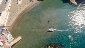 小船鸟瞰图在海,文本的copyspace 索伦托,阶,意大利 免版税图库摄影