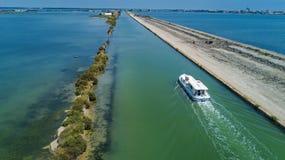 小船鸟瞰图在运河的在地中海从上面Etang de Thau水盐水湖,旅行干涉法国 免版税库存图片