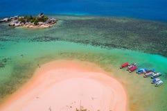 小船鸟瞰图在Lengkuas海岛上的 免版税库存照片