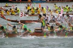 小船龙他们桨的参与者 免版税库存图片
