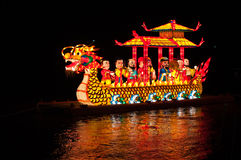 小船龙闪亮指示晚上河射击 免版税库存照片