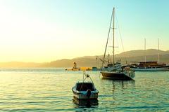 小船,游艇,钓鱼在一个小镇Postira -克罗地亚的港口和风船停泊的拖网渔船,海岛Brac 免版税图库摄影