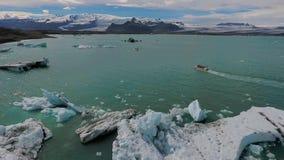 小船移动在蓝色冰川之间在海洋 安德列耶夫 股票录像
