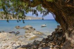 小船阻塞在海滩 免版税库存图片