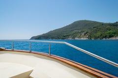小船鼻子在蓝色海 免版税图库摄影