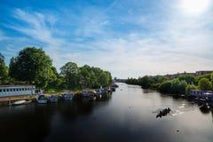小船晴朗日的河 库存图片
