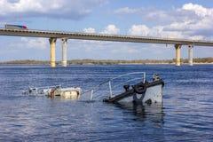 小船击毁在河 库存图片