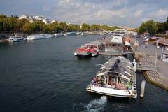 小船巴黎游人 图库摄影