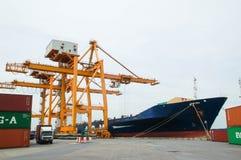 小船货物运输和曼谷城市 库存照片