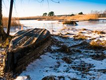 小船临近冻湖 33c 1月横向俄国温度ural冬天 免版税图库摄影