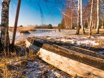 小船临近冻湖 33c 1月横向俄国温度ural冬天 免版税库存图片