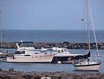 小船临近破碎机 免版税图库摄影