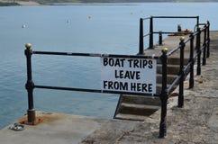 小船从这里的旅行事假签字 免版税库存图片