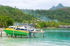 小船水面上在博拉博拉岛 库存图片