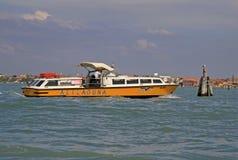 小船Alilaguna在威尼斯式盐水湖在威尼斯,意大利 免版税库存图片