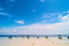 小船anchroed在海滩 库存图片