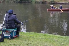 小船anf渔夫的划船者 免版税图库摄影