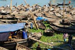 小船Buriganga河,达卡装载  免版税库存照片