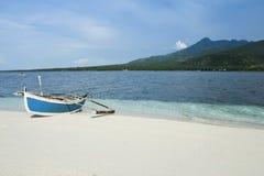 小船camiguin捕鱼海岛舷外架菲律宾 免版税库存照片