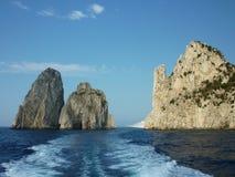 小船capri捕鱼海岛岸 免版税库存照片