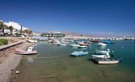 小船del捕鱼3月停泊了端口roquets小的游艇 免版税图库摄影