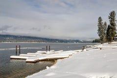 小船doc冬天山湖McCall爱达荷 免版税库存照片