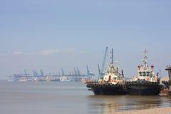 小船felixstowe港口猛拉 免版税库存照片