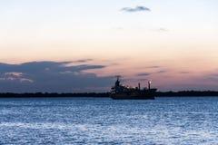 小船Guaiba河日落阿雷格里港巴西 库存照片