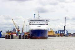 小船klaipeda立陶宛meridianas多数一个可认识的s航行符号 从奈达的一艘客船向克莱佩达 库存图片
