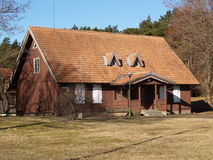 小船klaipeda立陶宛meridianas多数一个可认识的s航行符号 库尔斯沙嘴的农村房子 库存照片