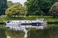 小船moared在汉普顿码头,泰晤士河,英国 免版税图库摄影