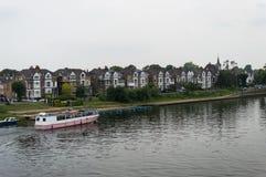 小船moared在汉普顿码头,泰晤士河,英国 免版税库存照片