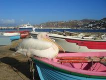 小船mykonos鹈鹕符号 免版税库存照片