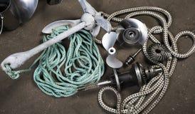 小船propellerl、船锚、齿轮和绳索 免版税库存图片