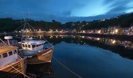 小船tobermory捕鱼的码头 库存图片