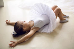 小芭蕾舞女演员女孩2年在演播室 免版税库存图片