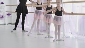 小芭蕾舞女演员重复与老师的运动 芭蕾教训在演播室 股票视频