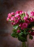 小花束桃红色的玫瑰 库存图片