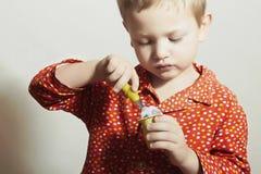 小英俊的男孩吃Yogurt.Child.Milk食物 免版税图库摄影