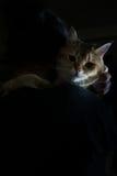 小荷兰样式 拿着一只大猫的妇女 葡萄酒 库存照片