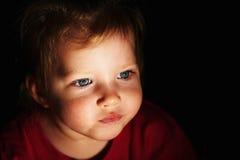 小蓝眼睛的女孩缩拢了她的嘴唇 免版税库存照片