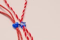 小蓝色心脏和星在红色和白面包师缠绕有白色背景 免版税库存图片