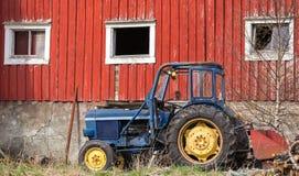 小蓝色拖拉机在挪威 免版税库存图片