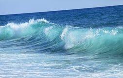 小蓝色海波浪。自然背景 免版税图库摄影